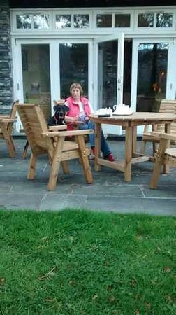 The Borrowdale Gates Hotel: Afternoon tea outside (with dog)