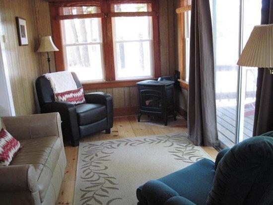 Shamrock Motel & Cottages: Living room with fireplace