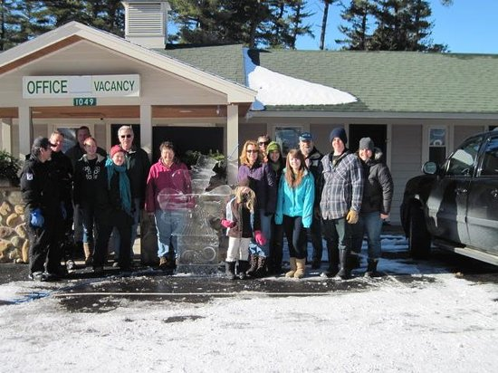 Shamrock Motel & Cottages: Long Lake Ice sculpter