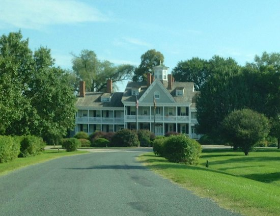 Waterfront Historic Kent Manor Inn: The front of the hotel