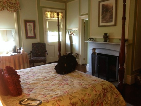 Waterfront Historic Kent Manor Inn : The room I stayed in