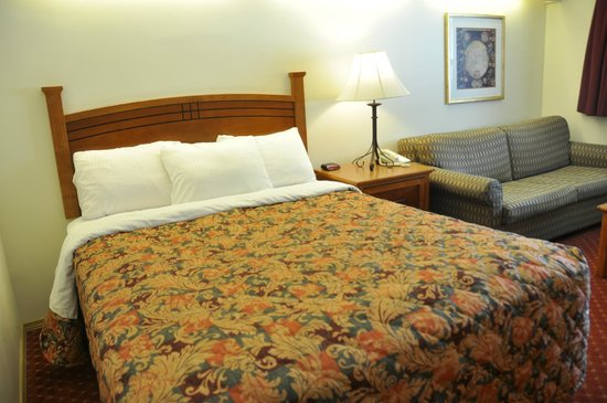 Guest room with sofa at Shepherd Mountain Inn & Suites