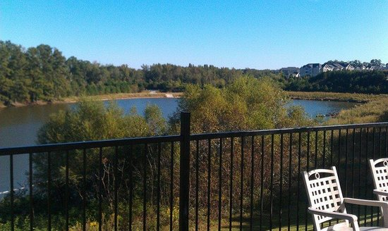 Holiday Inn Express & Suites Atlanta Airport West - Camp Creek: View from the patio overlooking the water