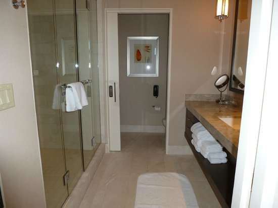 Fairmont Heritage Place, Ghirardelli Square : Spacious bathroom