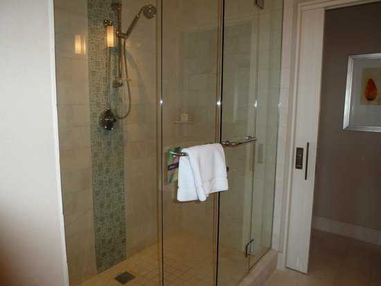 Fairmont Heritage Place, Ghirardelli Square : Spacious and modern bathroom