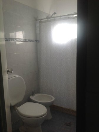 Hotel Abril Boutique : Simple bathroom.