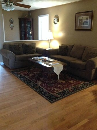 Moose River Guesthouse: Living room with fire place