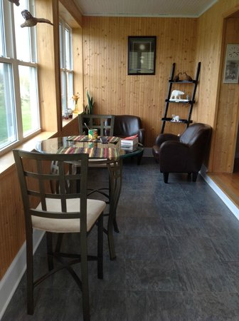 Moose River Guesthouse: Sitting area where you can have breakfast or a coffee