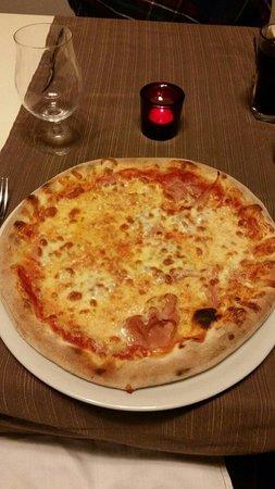 Ristorante Pizzeria La Quercia: Fresh out of the pizza oven!