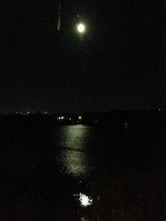 Best Western Plus Chocolate Lake Hotel : Full moon reflecting in lake