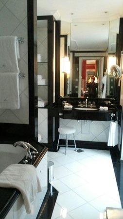 Baur au Lac : Clean bathroom.