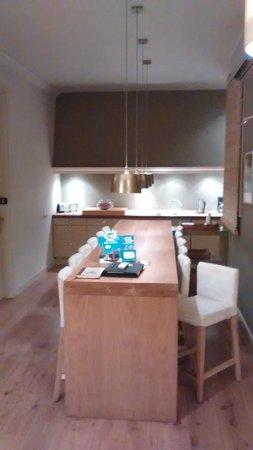 Barna House B&B: Cozinha e mesa do café da manhã