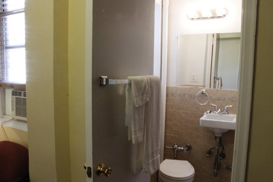 Riverside Tower Hotel: Newer looking, but small bathroom.