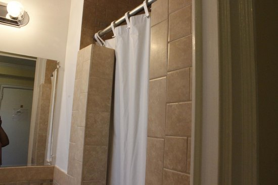 Riverside Tower Hotel: Small, updated bathroom.