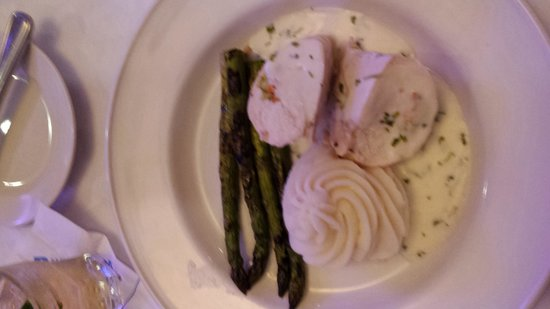 Wyndham Houston West Energy Corridor: Our menu included salad, cilantro lime stuffed chicken, grilled asparagus and creamy mashed pota