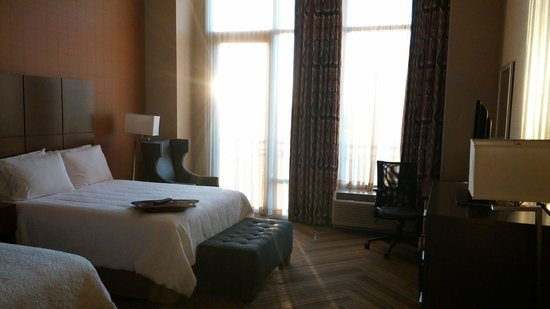 Hampton Inn & Suites Austin at The University/Capitol: Room with sun shining in