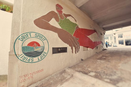 Drift BnB Colombo: Mural at entrance