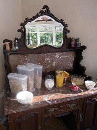 Oak Tree Farm Bed & Breakfast: Breakfast bar