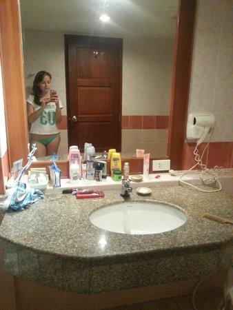 Baumanburi Hotel : ванная комната и злополучный фен