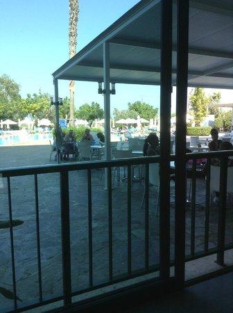 أرتيميس هوتل أبارتمينتس: View to the pool from the hall
