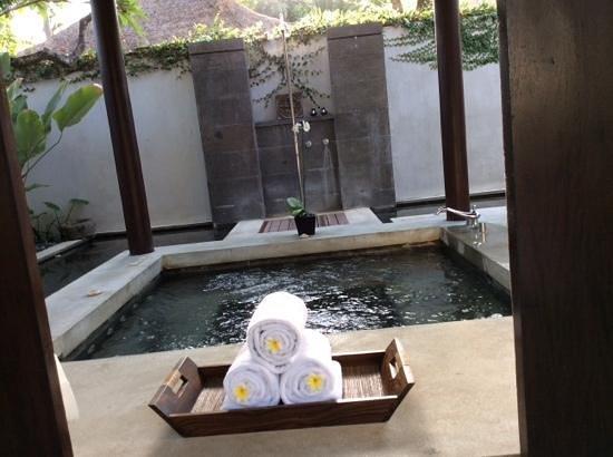 Kayumanis Nusa Dua Private Villa & Spa : hot tub and outdoor shower