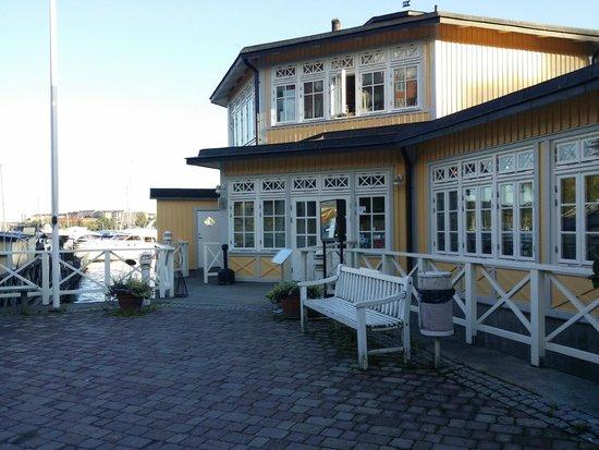 Restaurang Sjopaviljongen: Framsidan på Rest. Sjöpaviljongen