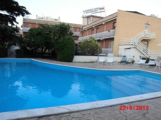 CiampinoHotel: widok z basenu na hotel