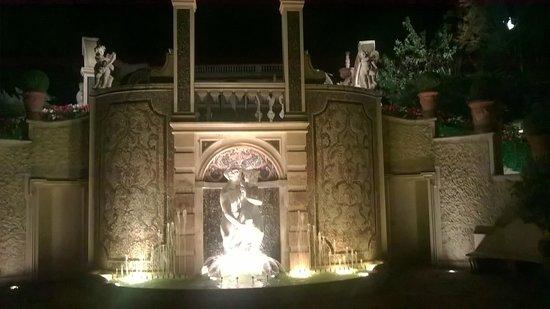 Grand Hotel Des Iles Borromees: fontana giardino