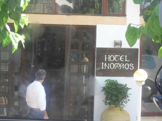 Hotel Inomaos : wejście do hotelu
