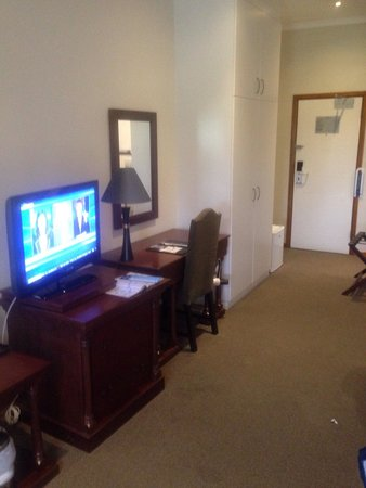 Protea Hotel by Marriott King George: TV and desk