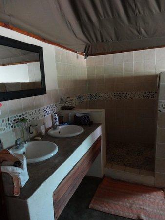 Elephant Valley Lodge: Spacious bathroom