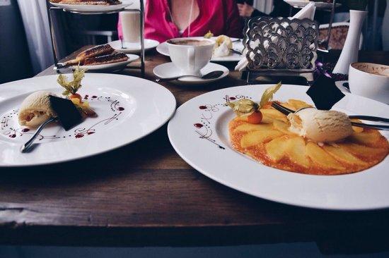 Heppenheim, Alemania: Apfel- Crêpe und Waffeln mit Vanilleeis