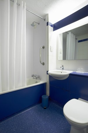 Travelodge Bicester Cherwell Valley M40: Bathroom with bath