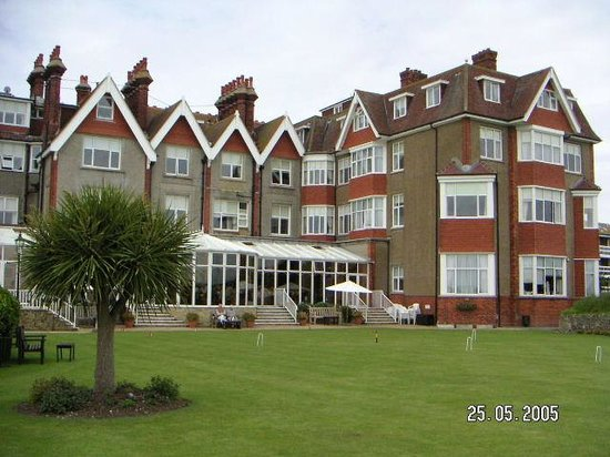 Hydro Hotel Eastbourne: view of garden and conservatory