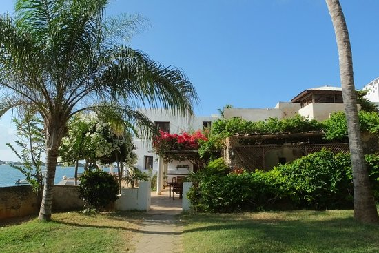 Peponi Hotel: View of the hotel as you come in from the beach or village