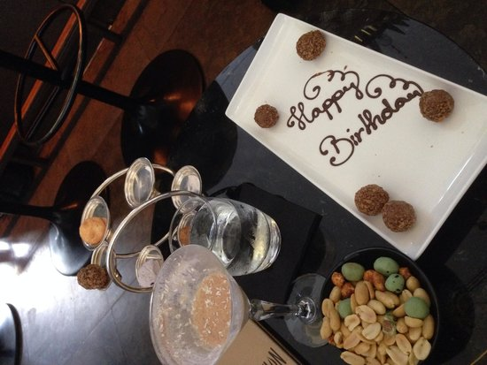 Skylon Restaurant, Bar & Grill: Our cocktails and surprise truffles