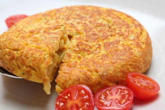 Carmela Restaurante: Tortilla de patatas hecha al momento. Spanish potato omelette