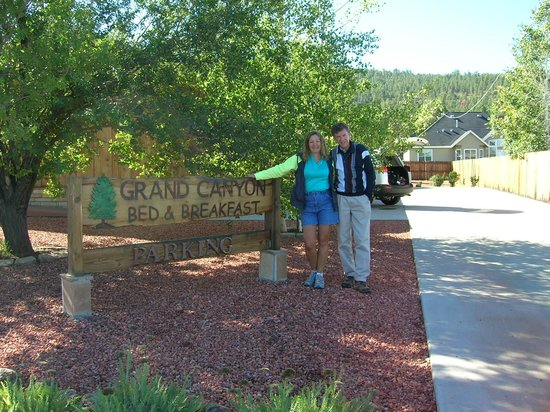 Grand Canyon Bed and Breakfast: Grand Canyon Bed & Breakfast Sign and driveway