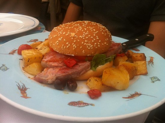 Burger di tonno con patate.