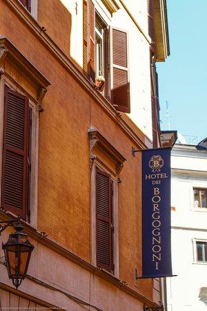 Hotel Dei Borgognoni: Our second floor room from the street