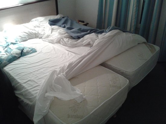 Pacific Hotel: bed