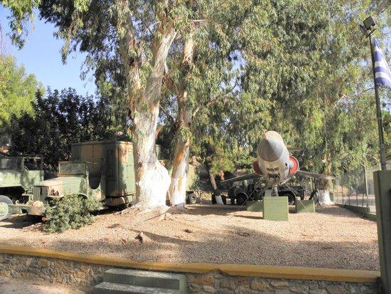 Leros War Museum: Veicoli militari all'ingresso