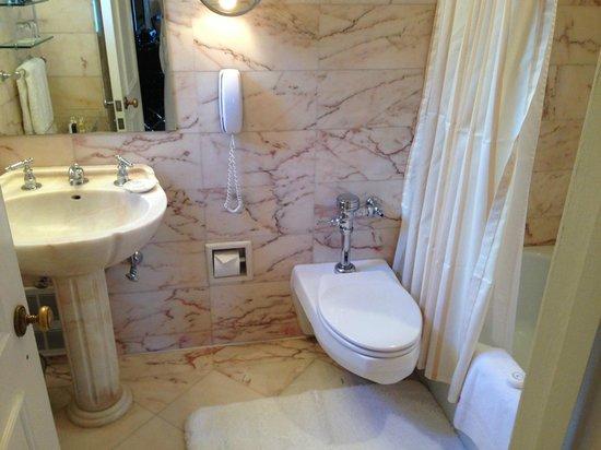 Hotel Plaza Athenee New York: Modern, clean bathroom