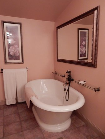 The Chalet of Canandaigua: The Lee suite bathroom