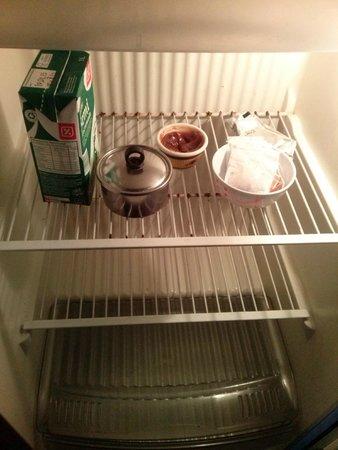 Complejo Bosque Azul : Esto les parece un desayuno??.. ni una galletita por lo menos, y el dulce de leche?, una cuchara