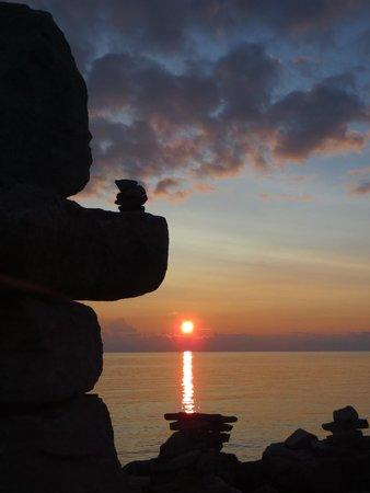 Lucky Stone Beach House B&B: Sunset at the Inuksuk