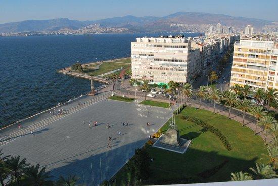 Movenpick Hotel Izmir: Cumhuryiet sq view from lounge