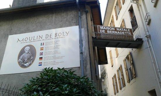 Casa Natal Bernadette : Retro della facciata della casa