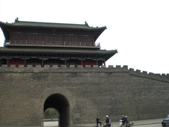 Zhengding Ancient City: 大通りを歩くと目の前に巨大な。。。