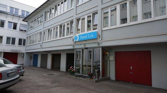 Hotel Lex garni im Gartenhof: 大きな通りから少し入った宿。少ないながら駐車スペースもある。